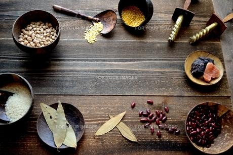 インド料理の食材 豆類と米の写真素材 [FYI01207303]