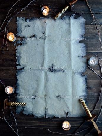ボロボロの古紙とキャンドルライトの写真素材 [FYI01207305]