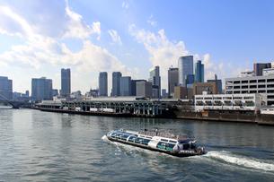 隅田川を航行する水上バスの写真素材 [FYI01207352]