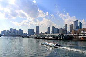 隅田川を航行する水上バスの写真素材 [FYI01207353]