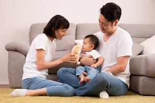 幸せな家族・子供をあやすの写真素材 [FYI01207395]