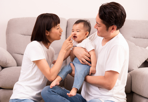 幸せな家族・子供をあやすの写真素材 [FYI01207396]