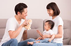 幸せな家族・子供をあやすの写真素材 [FYI01207397]