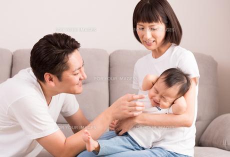 幸せな家族・子供をあやすの写真素材 [FYI01207398]