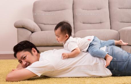 パパと赤ちゃん・おんぶの写真素材 [FYI01207399]