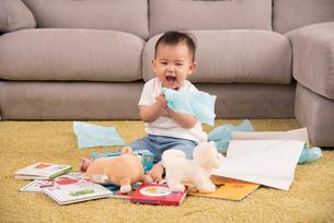 赤ちゃん、子供・いたずらの写真素材 [FYI01207404]