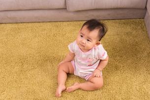 赤ちゃん・お座りの写真素材 [FYI01207415]