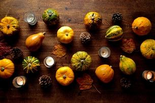 南瓜と枯葉とキャンドルの写真素材 [FYI01207466]