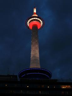 夜の京都タワーの写真素材 [FYI01207500]