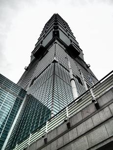 曇り空にそびえ立つ台北101の写真素材 [FYI01207501]