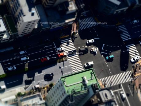 俯瞰で見る交差点の風景の写真素材 [FYI01207504]