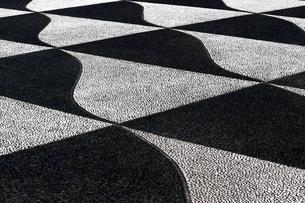 白と黒でデザインされた歩道の写真素材 [FYI01207530]
