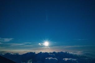 富士山九合目から見える雲海と夜空の写真素材 [FYI01207580]