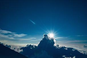 富士山九合目から見える雲海と夜空の写真素材 [FYI01207581]