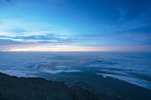 富士山頂から見える暁の写真素材 [FYI01207582]