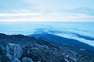 富士山頂から見える暁の写真素材 [FYI01207585]