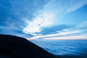 富士山頂のご来光を待つ人々の写真素材 [FYI01207586]
