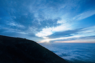 富士山頂のご来光を待つ人々の写真素材 [FYI01207588]
