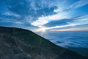 富士山頂のご来光の写真素材 [FYI01207589]