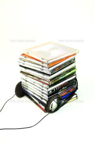 重なったCDとヘッドフォンの写真素材 [FYI01207662]