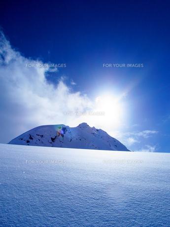 逆光の冬景色の写真素材 [FYI01207687]