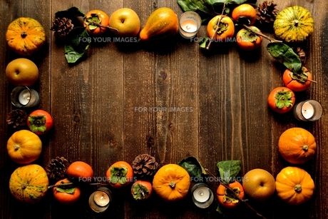 南瓜と柿と梨とキャンドルの写真素材 [FYI01207729]