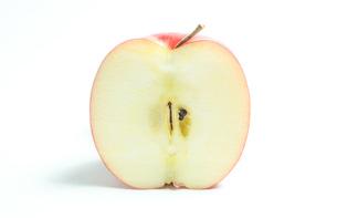 リンゴの断面 白色背景の写真素材 [FYI01207769]