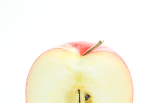 リンゴの断面 白色背景の写真素材 [FYI01207773]