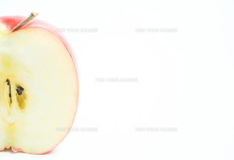 リンゴの断面 白色背景の写真素材 [FYI01207774]