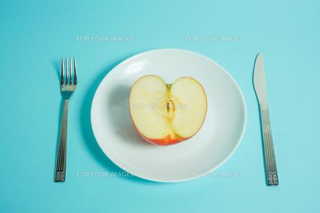 リンゴを食べようの写真素材 [FYI01207855]