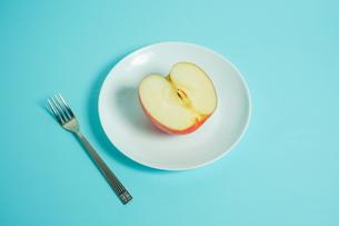 リンゴを食べようの写真素材 [FYI01207856]