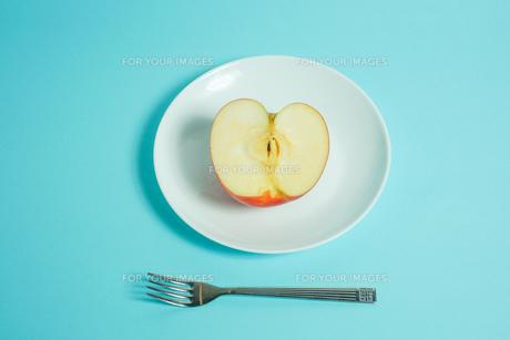 リンゴを食べようの写真素材 [FYI01207857]