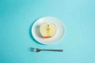 リンゴを食べようの写真素材 [FYI01207858]