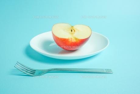 リンゴを食べようの写真素材 [FYI01207859]