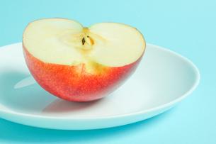 リンゴを食べようの写真素材 [FYI01207860]