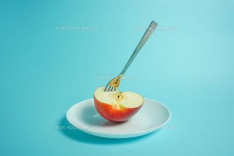リンゴを食べようの写真素材 [FYI01207867]