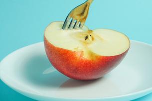 リンゴを食べようの写真素材 [FYI01207869]