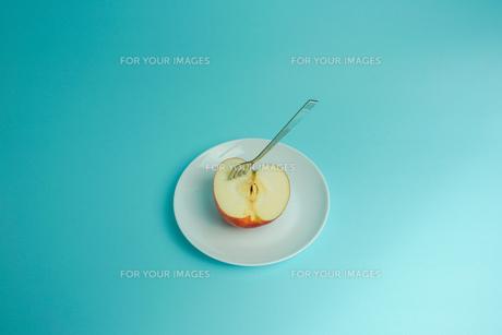 リンゴを食べようの写真素材 [FYI01207870]