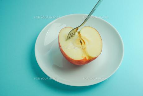 リンゴを食べようの写真素材 [FYI01207871]