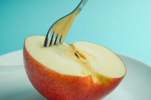 リンゴを食べようの写真素材 [FYI01207872]