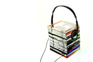 重なったCDとヘッドフォンの写真素材 [FYI01207876]