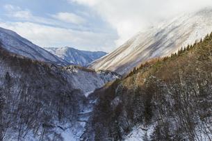 初冬の奥飛騨の山並みの写真素材 [FYI01207961]