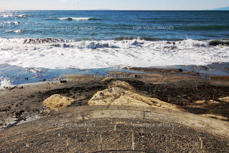 広い海に向かう海岸に続く階段の写真素材 [FYI01208295]