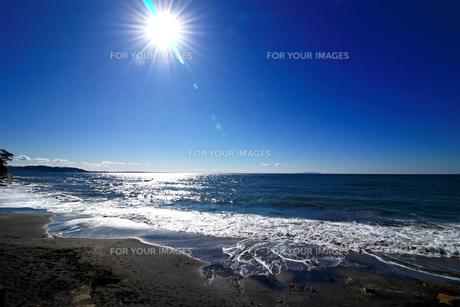 太陽の光が射す静かで穏やかなビーチの写真素材 [FYI01208296]