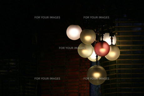 暗闇に浮かぶレトロでモダンなシャンデリアの写真素材 [FYI01208298]