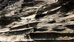 不規則な縞模様の海岸の地層の写真素材 [FYI01208299]