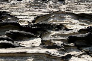 不規則な縞模様の海岸の地層の写真素材 [FYI01208300]