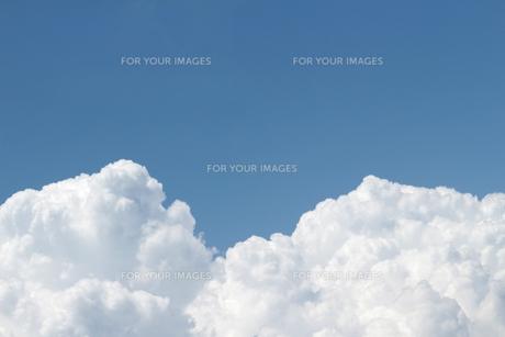 青空に広がる夏の雲の写真素材 [FYI01208314]