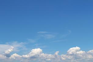 青空に広がる夏の雲の写真素材 [FYI01208317]