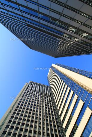 青い空の下に立つ高層ビルの写真素材 [FYI01208338]